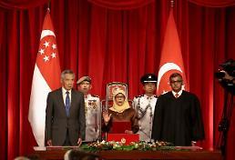 여자·소수민족·흙수저… 싱가포르 첫 여성 대통령, 정당성 논란