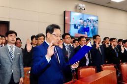 [2017 국감-포토] 중기부 장관을 대신해 선서…부처 승격후 첫 국감 돌입