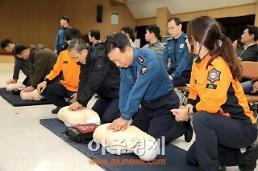 [포토] 심폐소생술 실습 교육하는 이기창 경기남부청장