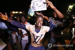 [글로벌포토] 조지 웨아 라이베리아 대통령 당선에 환호하는 시민들