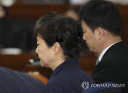 박근혜 국정원 36억 받아…차명폰-기치료-옷 구입에
