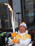 신동빈, 평창동계올림픽 성화 봉송 …10대 그룹 총수 중 유일