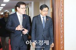 [포토] 국무회의 입장하는 최종구-박상기