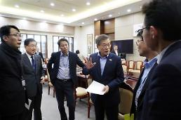 문재인 정부 지지율,취임 후 최저치64%..평창 남북단일팀,기회평등 파괴 20대분노폭발