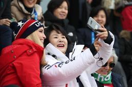 [평창]김정숙 여사, 이방카와 스노보드 남자 빅에어 결승전 관람하며 찰칵