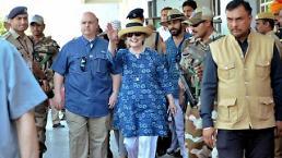 트럼프 비판 행보 힐러리 전 국무장관, 인도서 팔목 골절