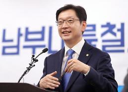 """김경수, 봉하마을 묘역 참배로 첫 선거운동…""""경남지사 출마, 비껴갈 수 없는 과제"""""""