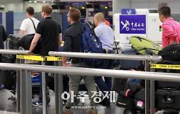 [포토] 평창동계올림픽 기념 가방 메고 북한 향하는 CNN 풍계리 취재단