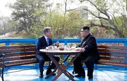 문대통령, 도보다리 묘사 글 추천…김정은에게도 보내고 싶다
