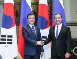 문 대통령, 메드베데프 총리 면담…철도·가스·전력 등 남북러 3각협력 논의