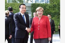 [중국포토] 독일 간 리커창 총리, 메르켈 총리와 미소