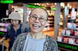 [Who?] 8년 만에 활짝 웃은 류샤…남편 류샤오보 유언대로