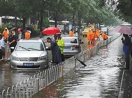 中 베이징 공항, 폭우로 항공편 500편 무더기 결항