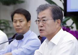 文 대통령 지지율 61.7%로 급락…한국당은 20%선 근접