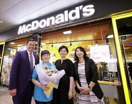 맥도날드, '소비자 감동' 73세 시니어 크루에 감사 인사