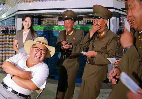 [포토] 김정은 앞 수줍은 미소