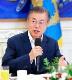 """[동영상] 문재인 대통령 """"올바른 경제정책 기조로 가는 중"""""""