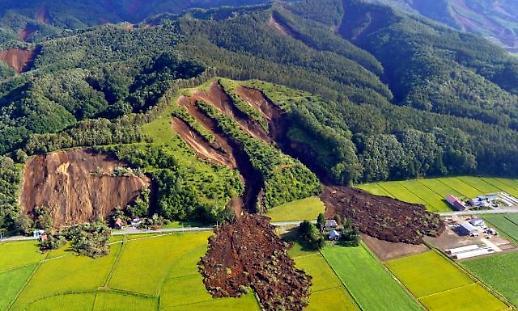 [포토] 일본 훗카이도 삿포로 지진, 무너져 내린 산과 도로…토사로 파묻힌 주택