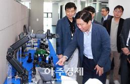 성윤모 산업부 장관, 취임 첫 행보는 로봇기업 방문…혁신성장 지원