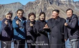 김정은 손하트 백두산 천지에 떴다…리설주 여사 센스 손받침 착