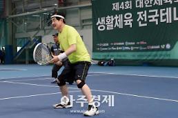 [포토] 대한체육회장기 테니스대회 친선경기하는 안병용 의정부시장