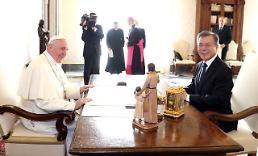 문 대통령 한반도평화 지지요청… 교황 전 세계와 기도하겠다