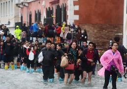 베네치아 침수…현지 관광객 장화 무용지물, 물의 도시 몸소 체험 중