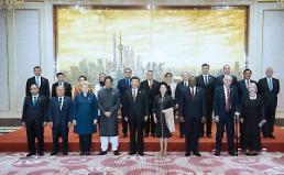 [중국포토] 시진핑-펑리위안, 국제수입박람회 환영연회 참석 귀빈맞이