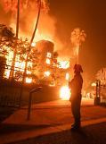 美 캘리포니아 산불 사흘째 활활…30만명 대피령 내려져
