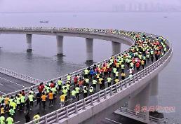 [중국포토] 2018 칭다오마라톤 세계 최대 해상대교 위를 달린다