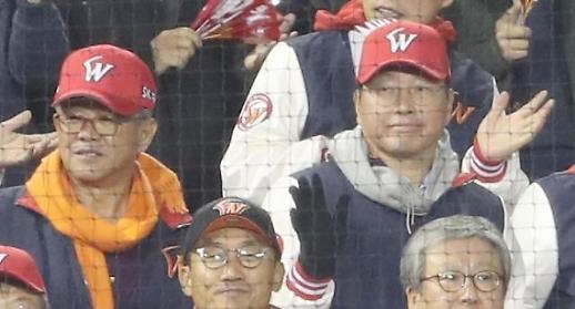 [포토] 응원하는 최태원 회장