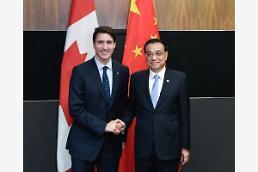 [중국포토] 싱가포르 간 리커창, 트뤼도 캐나다 총리와 찰칵