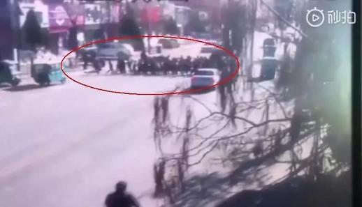 자기도 아빠면서...중국 초등학교 앞 차량 돌진, 5명 사망·18명 부상