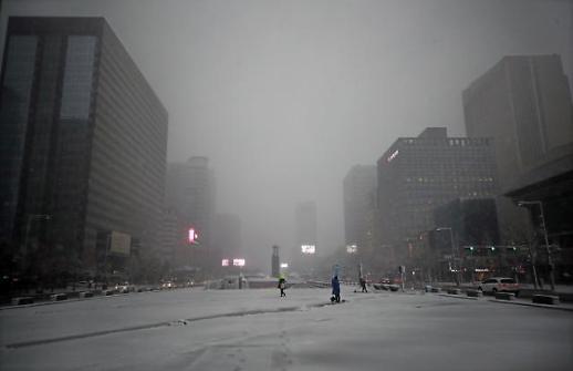 서울에 첫눈, 8시30분까지 5.3㎝ 쌓여…차량 거북이 운행