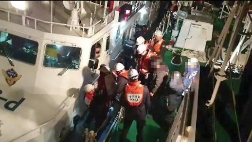 인천해경, 스크루에 부유물 감긴 낚시어선 승객 20명 안전하게 이송