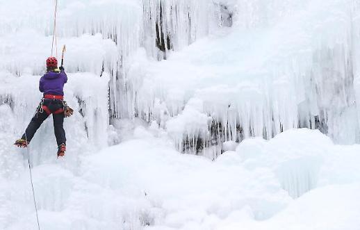 [포토] 아찔한 빙벽 등반