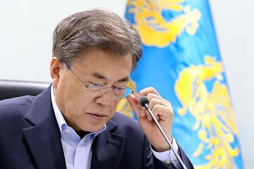 문재인 대통령 지지율 김태우發 폭로에 데드크로스 임박