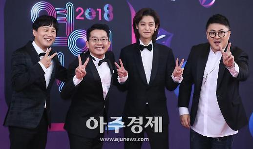 [포토] 화기애애 1박2일팀, 동구는 MC라서 네명만 섰어요~ (KBS 연예대상)
