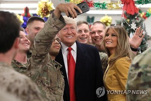 트럼프 이라크 장병 깜짝 방문, 혼돈의 일주일 끝낼까