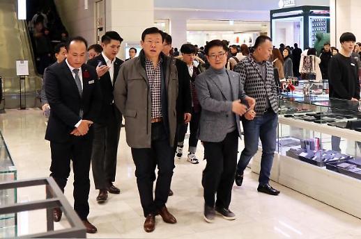 신동빈, 백화점 고객들과 '눈맞춤'…친근한 주말 현장행보