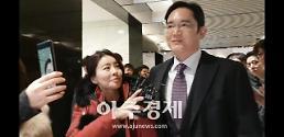 '文대통령 기업인과의 대화' 경제계 거물들 결연한 표정으로 청와대 行