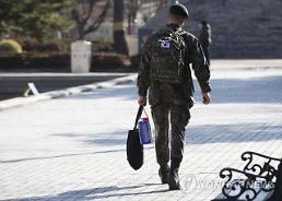 군인도 핸드폰으로 유튜브 본다…4월부터 일과후 휴대전화 사용 가능