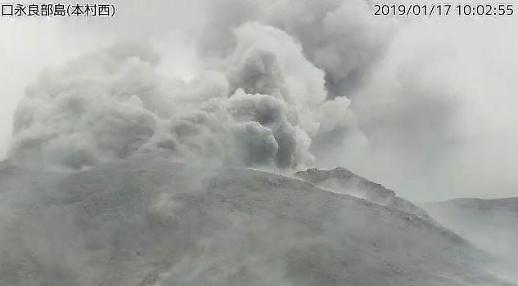 日 가고시마 화산섬 구치노에라부지마 분화…최근 잇단 지진 화산 폭발 전조?