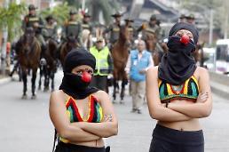 [포토] 경찰 과잉 진압에 맞선 여대생들