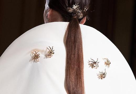 [포토] 모델 등에 붙은 거미