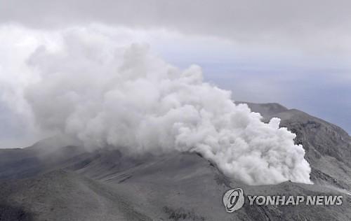 일본 가고시마현 화산 분화...연기 4000m 치솟아