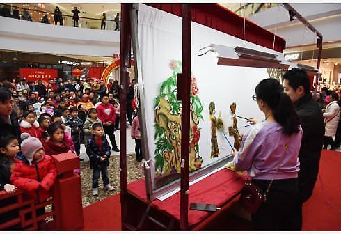 [중국포토]中 춘제 맞이 그림자극 공연 펼쳐져