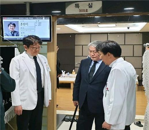 김용익 건보공단 이사장, 故 윤한덕 센터장 빈소 조문