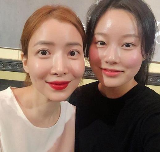 [#SNS★] 스카이캐슬 포상휴가 중인 윤세아, 박유나와 투샷 미모 빛나네