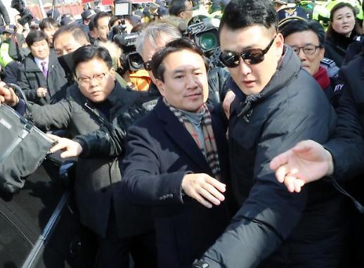 [광화문갤러리] 광주서 봉변당한 김진태...5·18유공자 거센 항의